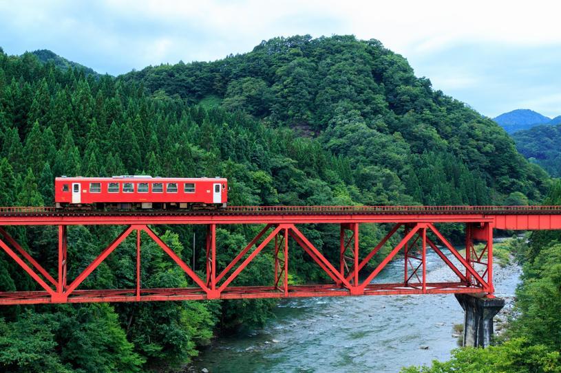 赤い電車と緑の景色