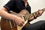 ギターを演奏する男性