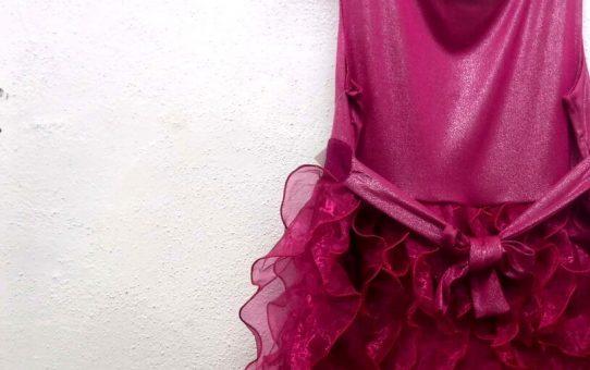 濃い紫色のドレス