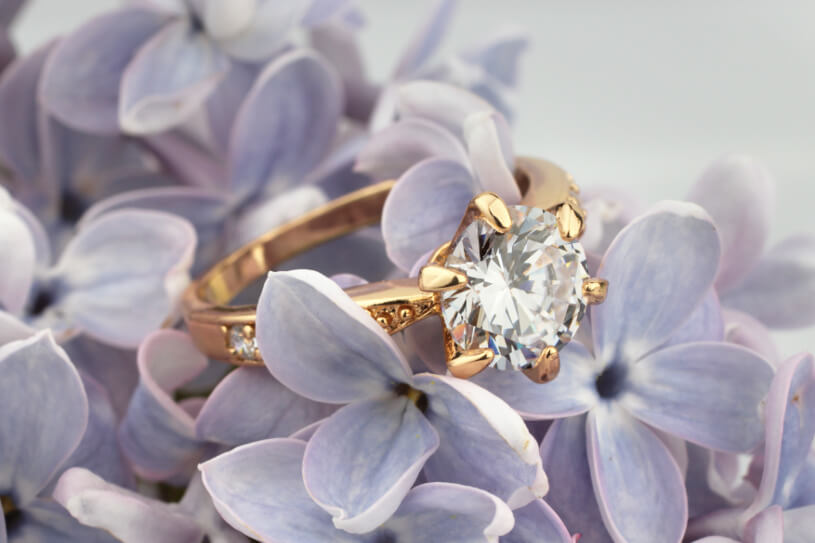 結婚指輪と淡い紫色の花