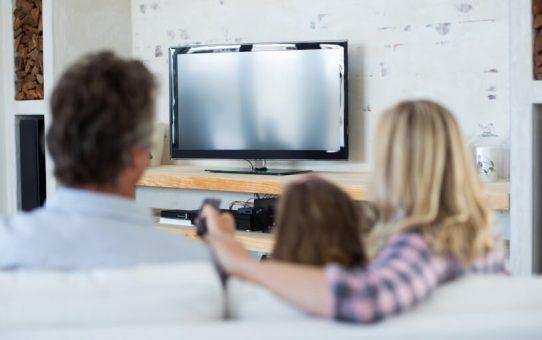 テレビを見る家族